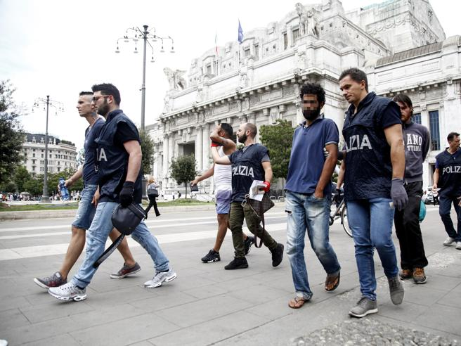 Milano, stazione Centrale invasa dai migranti: nuovo blitz della  polizia Le foto