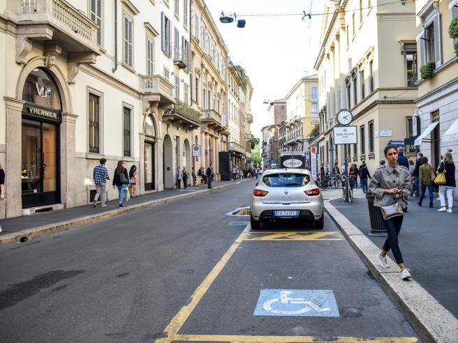 Milano, parcheggia  la Ferrari nel posto per disabilie urla: «Io di te me ne frego»