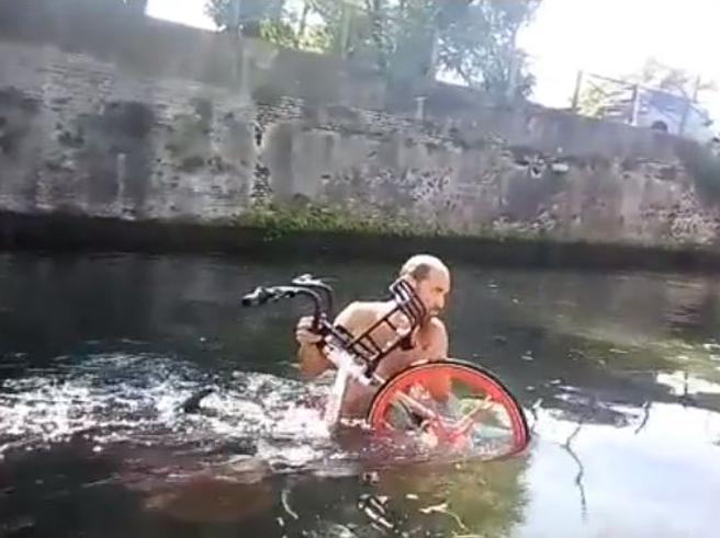 Milano, le bici condivise messe nei posti più assurdi Foto