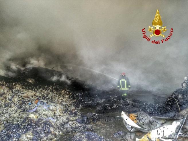 Cinisello, brucia  deposito rifiuti: il proprietario è lo stesso del rogo di luglio  Le foto