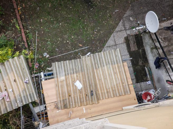 Bimbo cade  dal 7° piano: rimbalza su tettoia e invoca la mamma  Foto