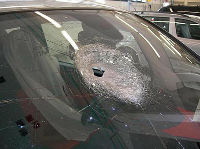Sasso contro un'auto:  donna di 62 anni muore d'infarto fotoEcco cosa è successo: videoDal 1986 a oggi: i precedenti