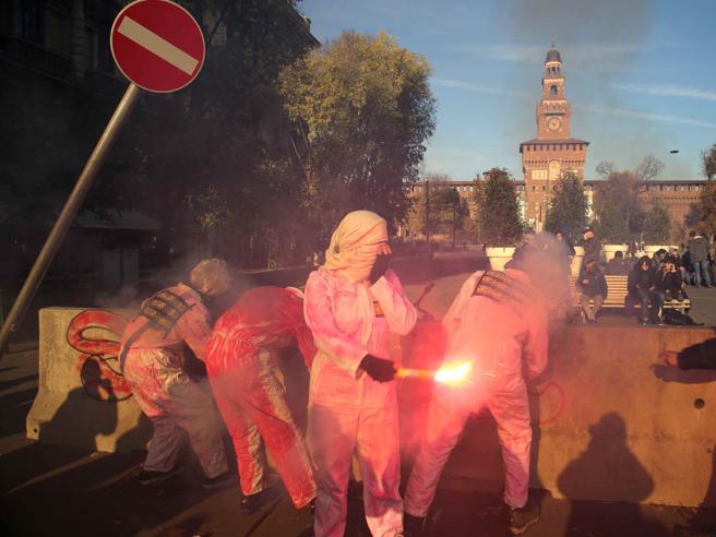 Milano, la protesta degli studentiOccupato Zara Le foto|Il video