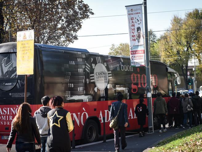 Blitz sui bus dei giocatori al casinò, irregolari le linee per la Svizzera