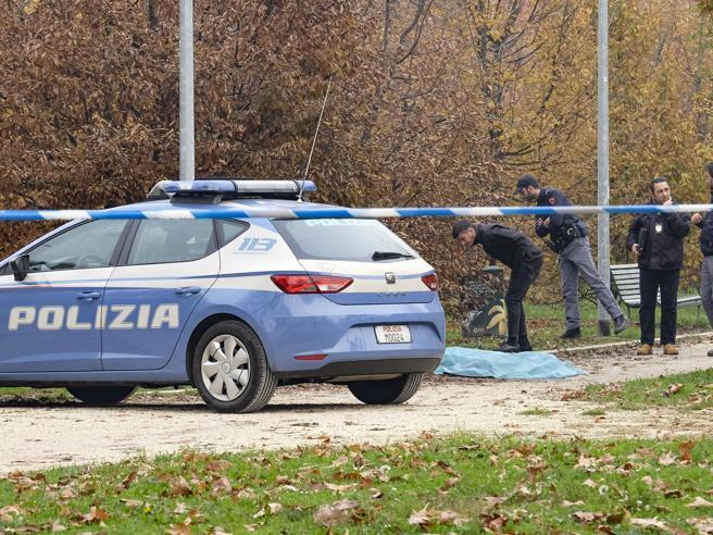 Milano, donna trovata sgozzata al parco di Villa Litta: era uscita per portare fuori il cane