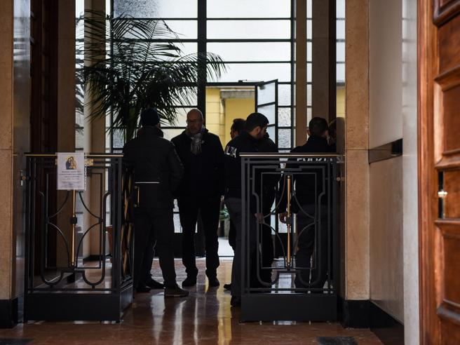 Milano, il giallo dell'uomo trovato morto in casa: la porta sigillata col silicone. Sospetti sul figlio