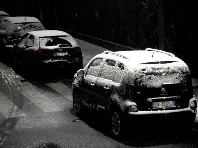 Allerta rossa in Versilia e Lucchesia Bloccato per ore treno  in Liguria Maltempo, prima neve a Milano