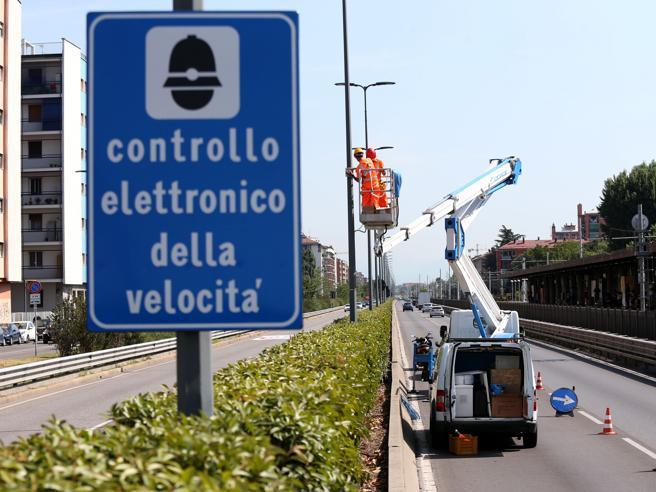 Milano, multe autovelox sbagliate, il Comune chiede scusa: «Non pagatele»