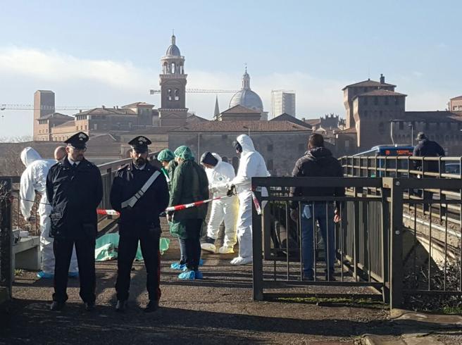 Commerciante ucciso a Mantova Un colpo di pistola al cuore sul ponte