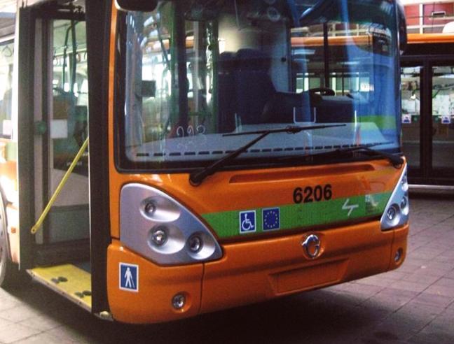 Aggredito da adolescenti su bus a Milano, reagisce ferendo a coltellate un 17enne