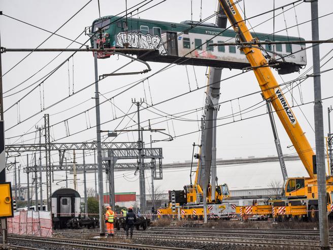 Treno deragliato,  Rfi: «Verifiche sui freni del terzo vagone» Foto