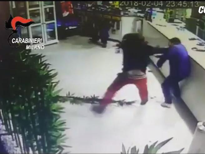 Rapinano bar e sparano,  i cuochi reagiscono con i coltelli da sushi Video|Foto