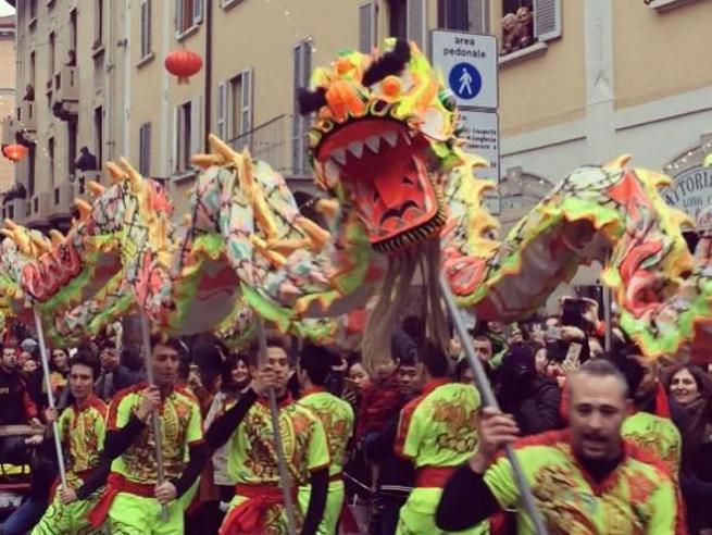 Lanterne rosse, draghi e danze ritmate. Milano festeggia il Capodanno cinese