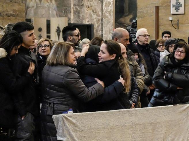 L'addio a Jessica, rabbia in chiesa contro il fidanzato|Foto|Video