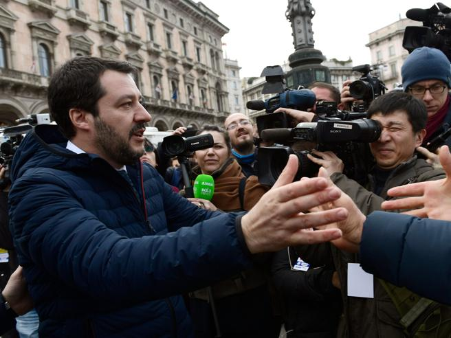 Milano Salvini in piazza Duomo «giura» da premier con rosario in mano|Foto