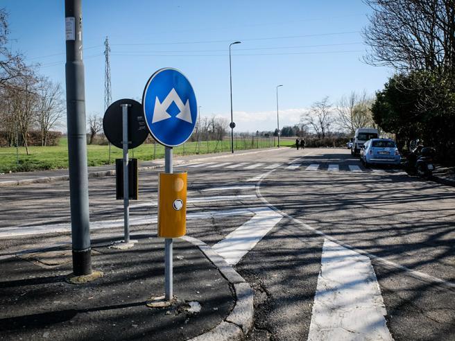 Milano |  armato rapina coppia in auto e  violenta la ragazza 19enne|Video
