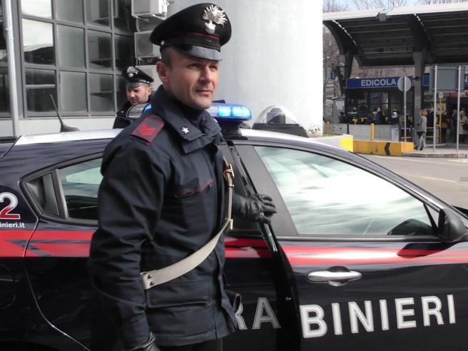 Milano, rapinano coppia in un'auto e poi violentano la ragazza  di 19 anni