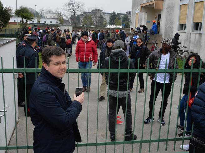 Il sindaco di Gallarate paga il biglietto per Milano ai profughi:  è polemica|Foto