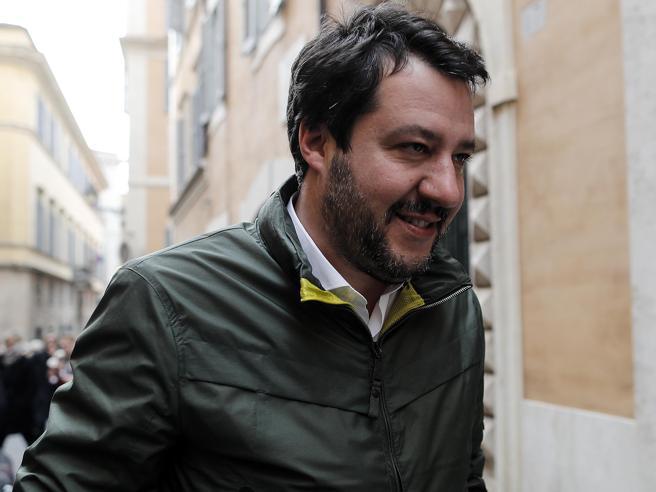 Gelataia si rifiuta di servire Salvini, la madre: «Licenziata per colpa sua». Ma è polemica