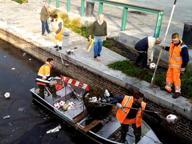 La «pesca miracolosa» dei palloni in Darsena
