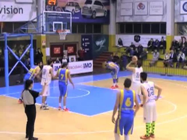Incredibile sul campo di basket: il tiro da 25 metri decide il match
