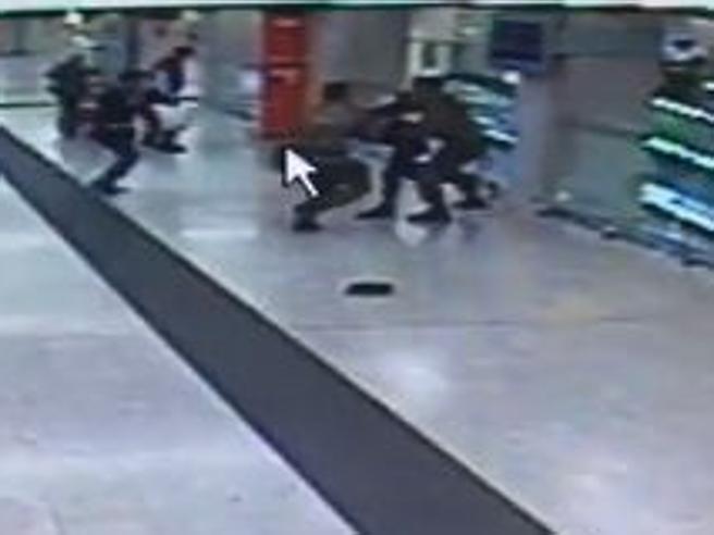 L'aggressione in Stazione Centrale nelle immagini delle telecamere