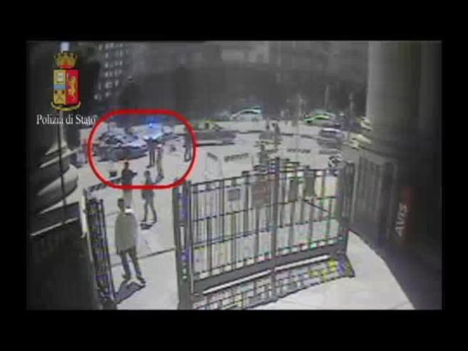 Poliziotto ferito a Milano|FotoIl momento dell'assalto: video«Urla, poi ci siamo barricati»