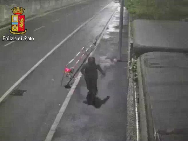 Milano, il video dell'assassino di Villa Litta: prima uccide poi si allena |Foto