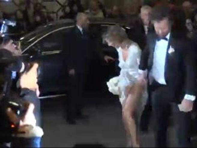Matrimonio Cracco, il vestito della sposa si impiglia in una scarpa e si solleva