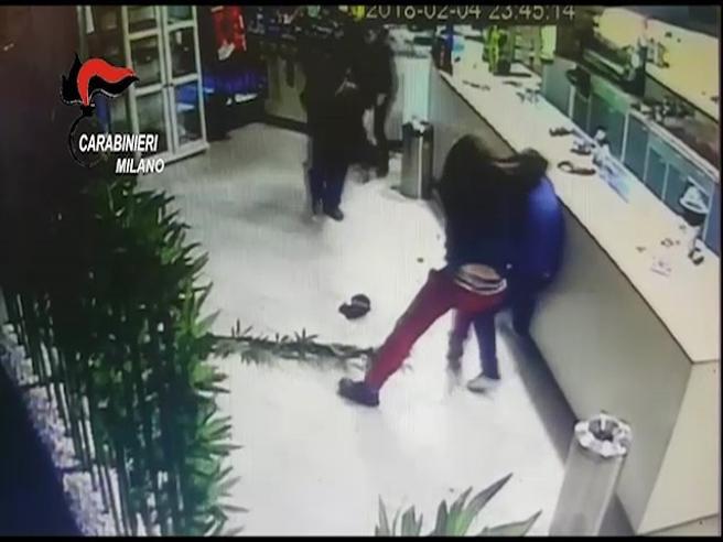 Segrate, i cuochi del sushi bar reagiscono alla rapina con i coltelli