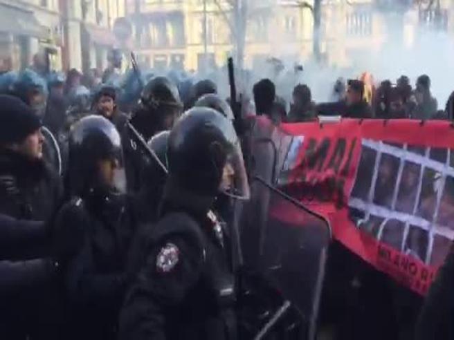 Scontri a Milano: canotti contro manganelli Video