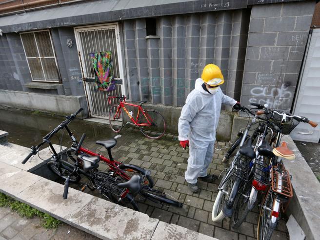Case bianche, le cantine occupate da bici  e motorubate    Foto|Video