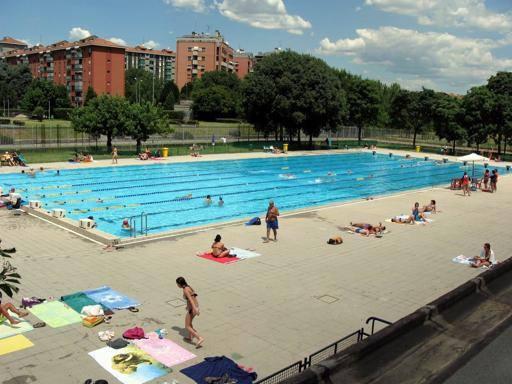spaccio ai giovani della piscina chiusa la casa della