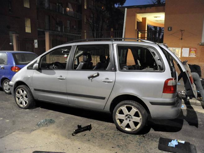 Aggredisce a colpi di piccone madre e figli chiusi in auto