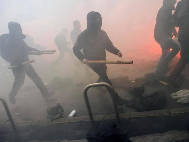 il corteo da dentro Bastoni, bombe carta e fumogeni, la strategia dei violenti