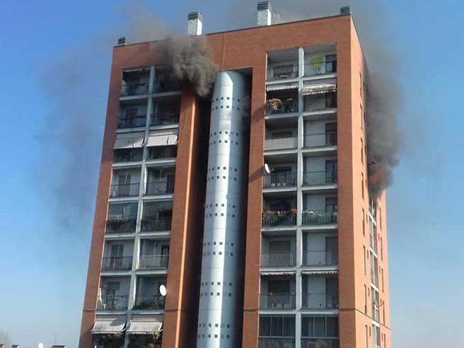 Milano incendio in un palazzo di tredici piani tre for Palazzo a 4 piani
